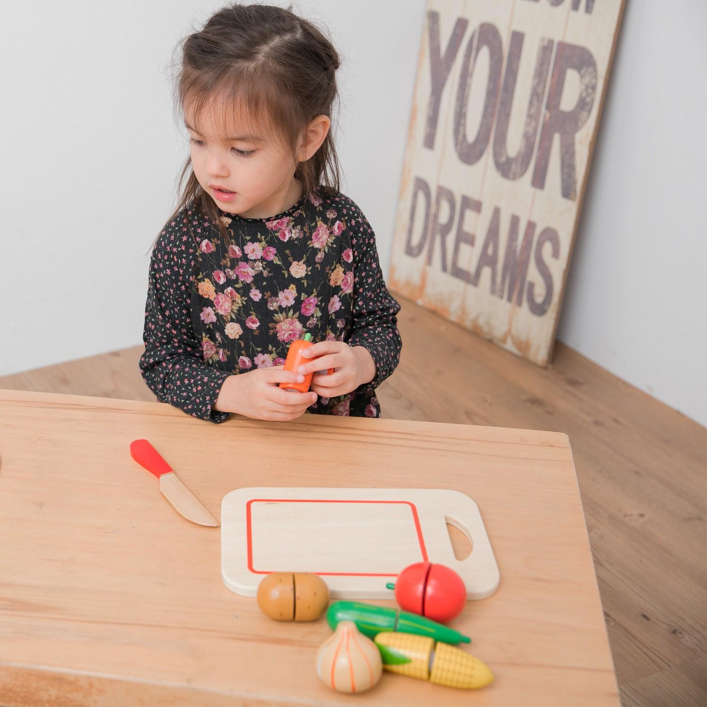 Зеленчуци с дъска за рязане-аксесоар за детска дървена кухня-дървени играчки(2)-bellamie