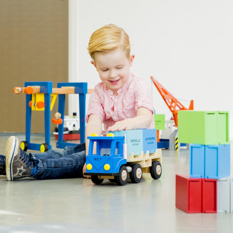 Детски играчки за момчета -Детски дървен кран на колела от New Classic Toys (4)-bellamie