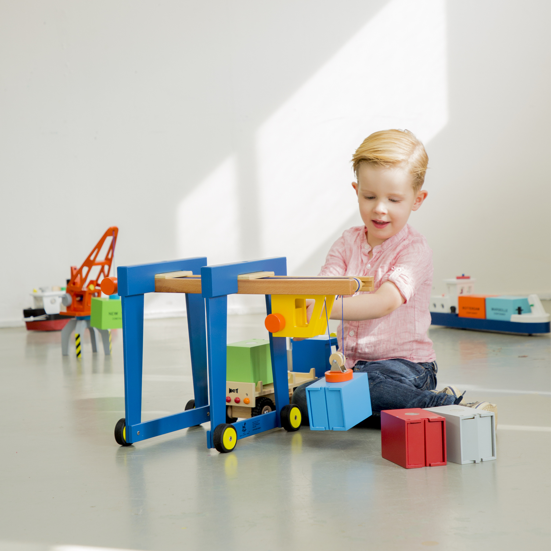 Детски играчки за момчета -Детски дървен кран на колела от New Classic Toys (2)-bellamie