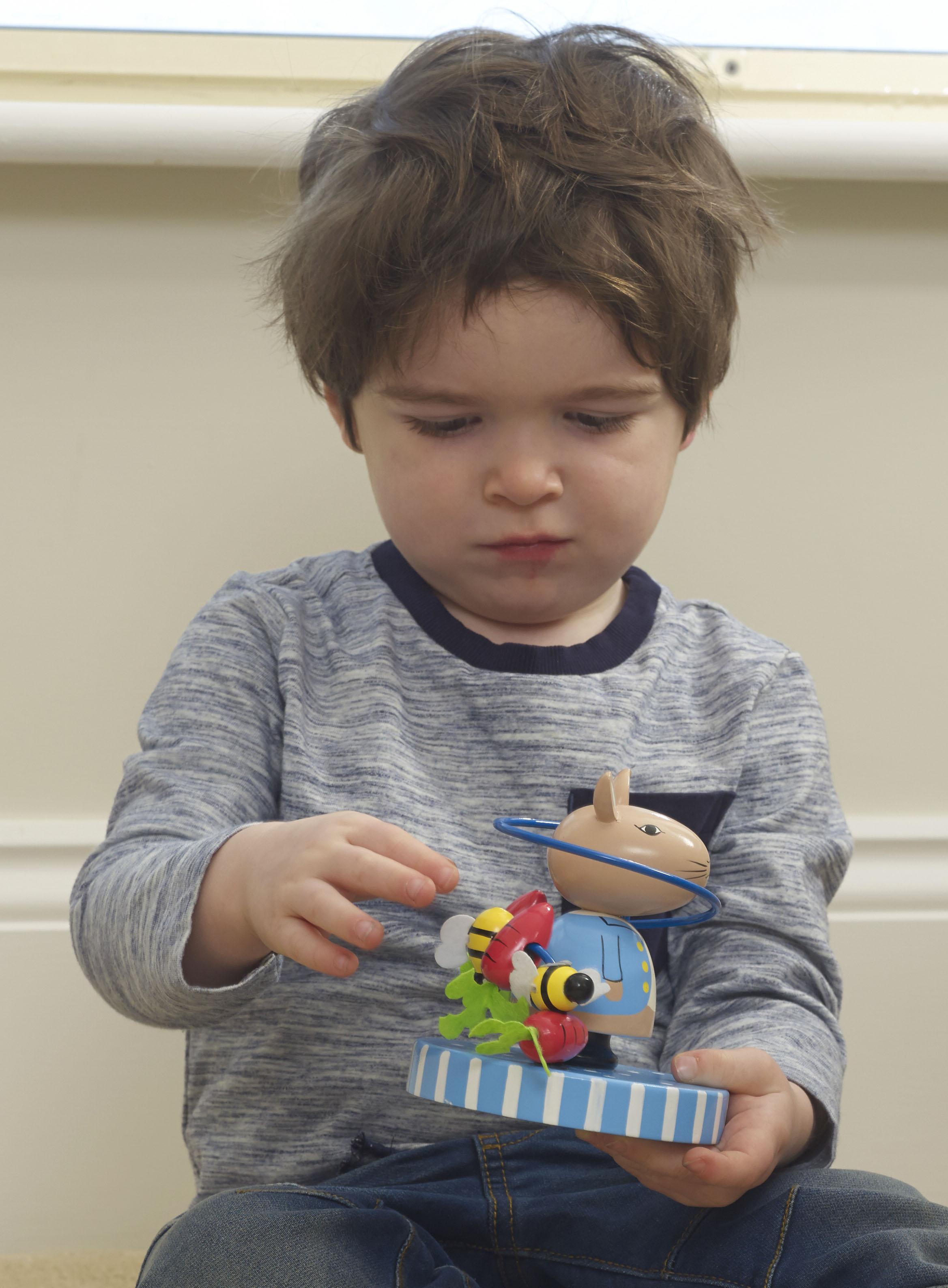 Дървена играчка спирала с фигурки - Заека Питър - бебешка играчка - Bellamie