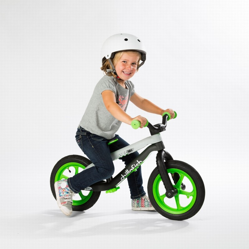 Детско колело за балансиране в зелено серия BMXie от Chillafish(2)-bellamiestore