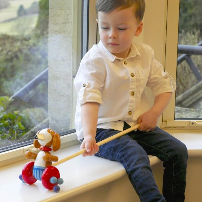 Дървена играчка за бутане Кученце от Orange tree toys (2)-bellamiestore