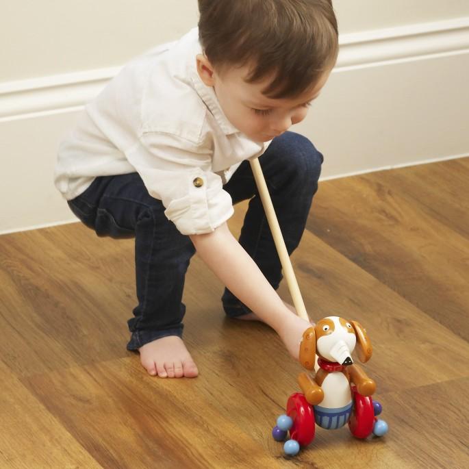 Дървена играчка за бутане Кученце от Orange tree toys -bellamiestore