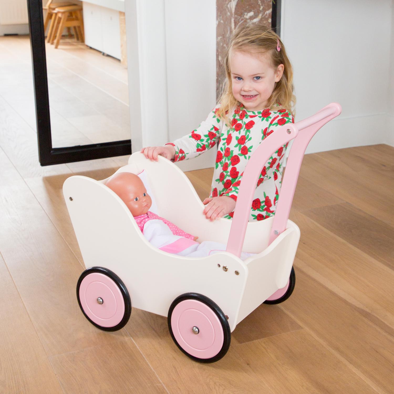 Детска дървена количка за кукли със завивки от New classic toys-bellamiestore