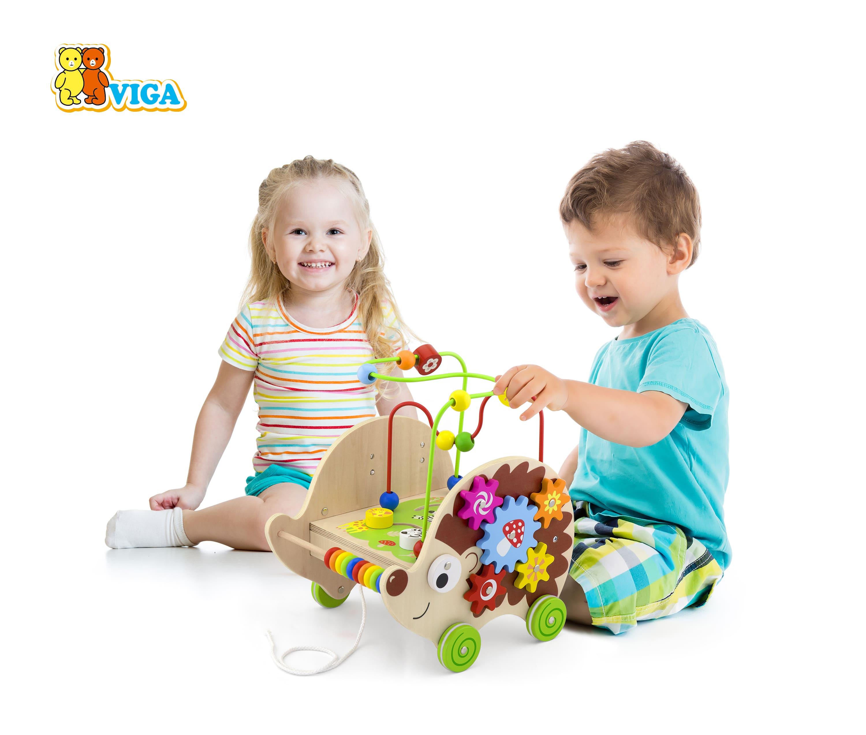 Дървена играчка с активности за дърпане – Таралеж от Viga toys
