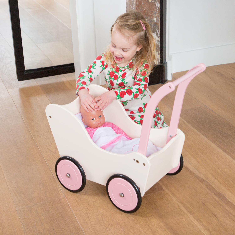 Детска дървена количка за кукли с завивки в червено от New classic toys-bellamiestore