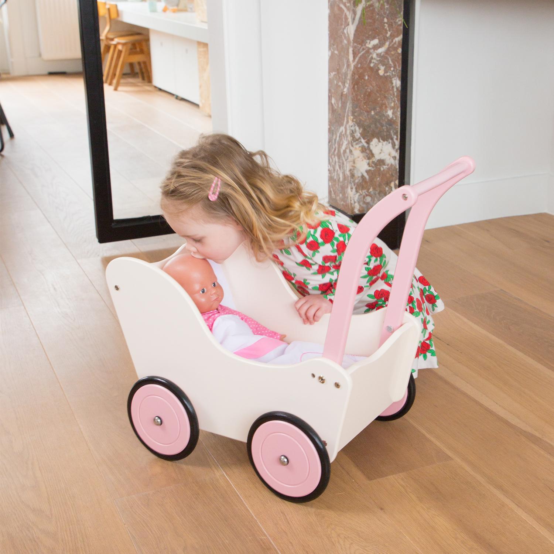 Детска количка за кукли с завивки в кремав цвят от New classic toys-bellamiestore