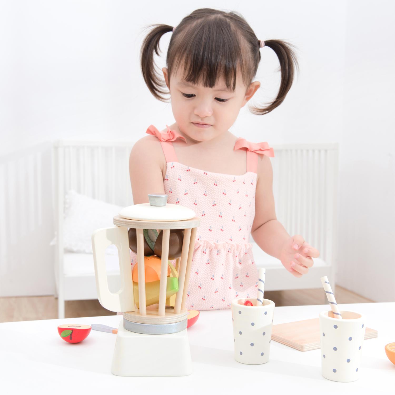 Детски дървен шейкър с плодове от New classic toys-bellamiestore