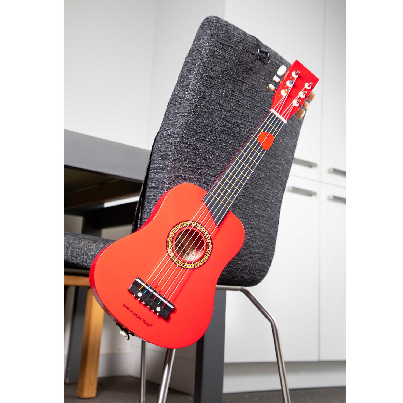 Червена детска китара с книжка с ноти