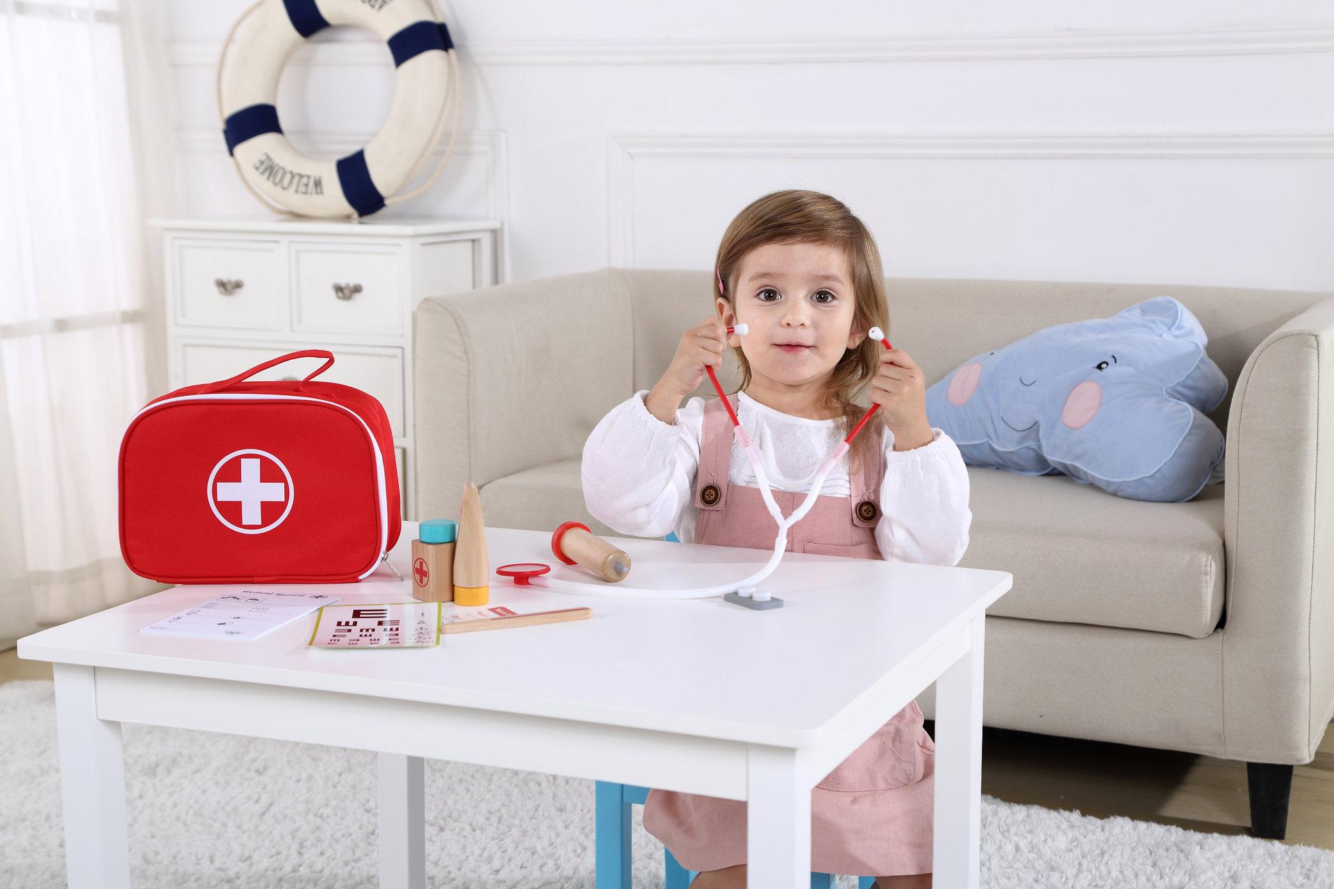Докторски комплект в чанта- дървена играчка от Tooky toy-bellamiestore